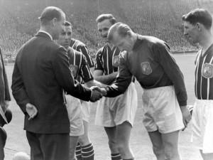 Bildnummer: 02705511  Datum: 05.05.1956  Copyright: imago/Colorsport Prinz Phillip (li.), Duke of Kent, begrüßt Torwart Bert Trautmann (Manchester City) vor dem FA Cup Finale 1956 - PUBLICATIONxINxGERxSUIxAUTxHUNxUSAxONLY; English First Division, One, 1. Englische Liga, Bernhard Carl, Bernd, quer, Begrüßung, begrüßen, Königsfamilie, Adelshaus, Adel, adelig, adlig, people FA Cup 1955/1956, Englischer Pokal, englisches Königshaus, Vneg, Vsw London Wembley Finale Endspiel Pokalfinale Pokalspiel Fußball Herren Mannschaft England Gruppenbild optimistisch Randmotiv Personen