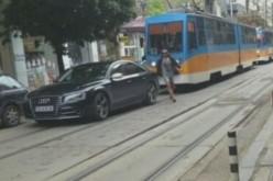 Мега наглост: Два трамвая чакат нахалник да отпуши Графа