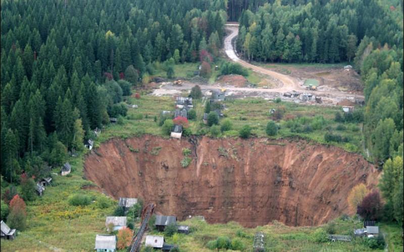 Чудовищна дупка гълта къщи, животни и гора (СНИМКИ)
