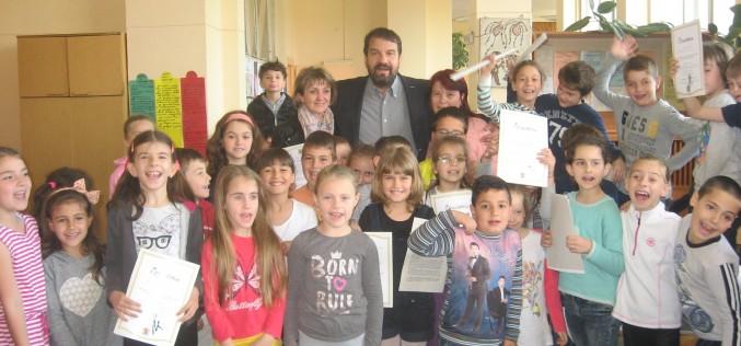 Звезди от екрана и сцената зарадваха децата в Илиянци (СНИМКИ)