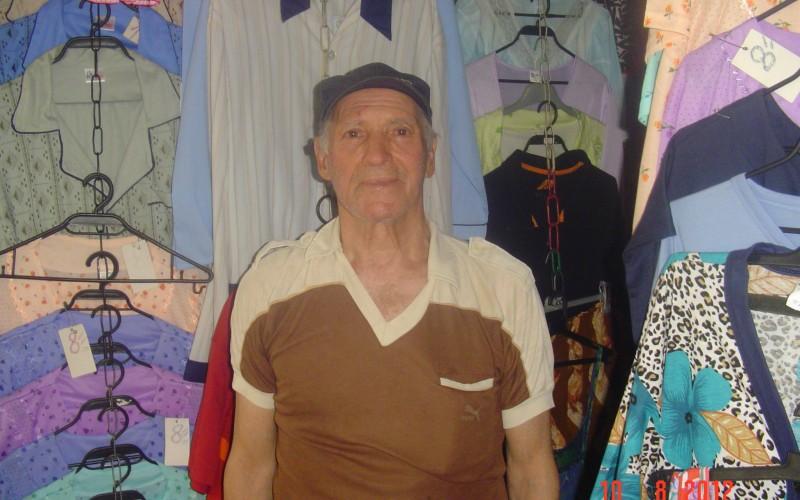 Откривателят на Валери Божинов продава дрехи на сергия, живее с мизерна пенсия