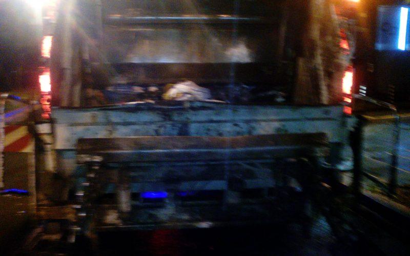 Пиян шофьор се натресе в боклукчийски камион в центъра на София и избяга! (СНИМКИ)