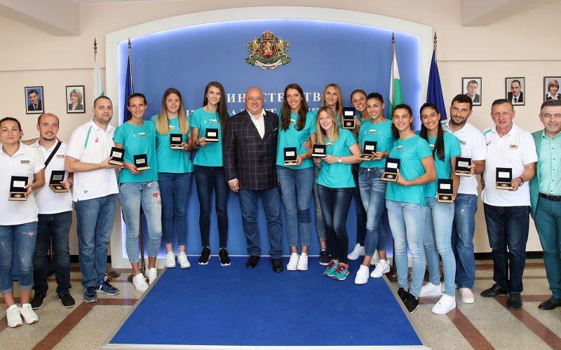 Министър награди волейболните националки