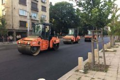 """Положен е последният износващ слой от асфалтовата настилка на бул. """"Васил Левски"""""""