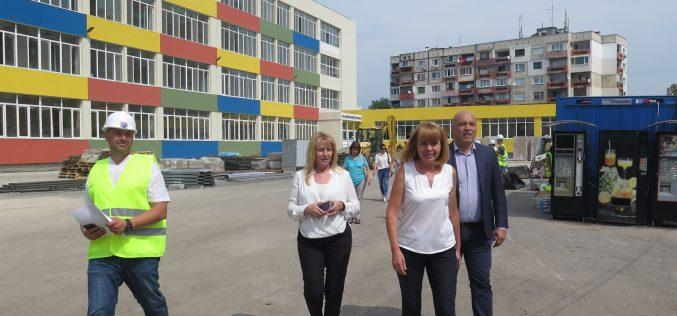 """Фандъкова инспектира 101 СУ в """"Надежда"""", похвали се с бюджет от 48 млн. лв. за детски градини и училища (СНИМКИ)"""