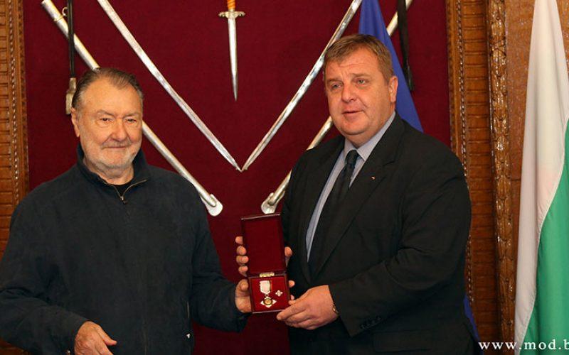 Наградиха кинолегендата Васил Михайлов за принос към Министерство на отбраната