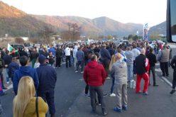 Оставки и протести, а ресторантите, дискотеките и моловете са пълни