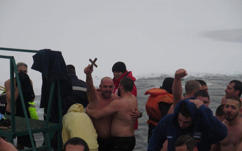 """На Богоявление 51 мъже скочиха в ледените води на езерото в """"Дружба"""" (СНИМКИ)"""