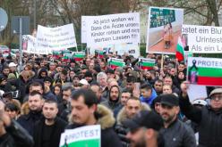Стотици българи на протест в Кьолн заради смъртта на дете (ВИДЕО)