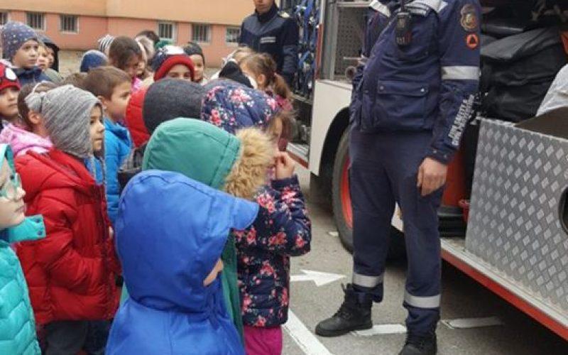 Огнеборци гостуваха на 38-а детска градина (СНИМКИ)