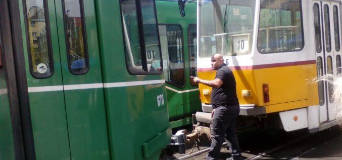 Авария на трамвай блокира движението в центъра на столицата (СНИМКИ)