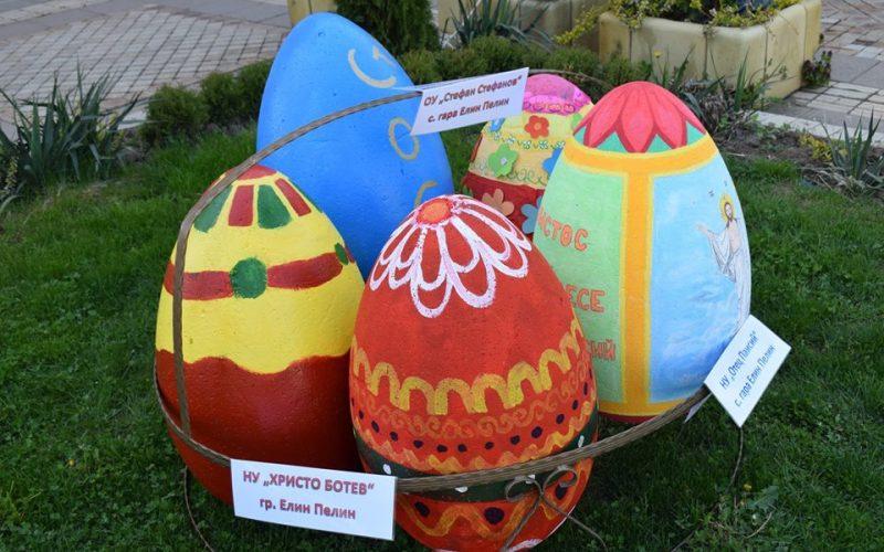 Красива великденска украса радва жителите на Елин Пелин (СНИМКИ)