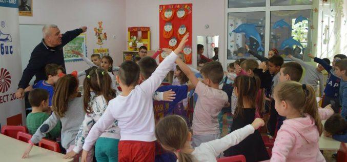 """Детският влак на любимите книжки тръгна към децата от 171 ДГ """"Свобода"""" (СНИМКИ)"""