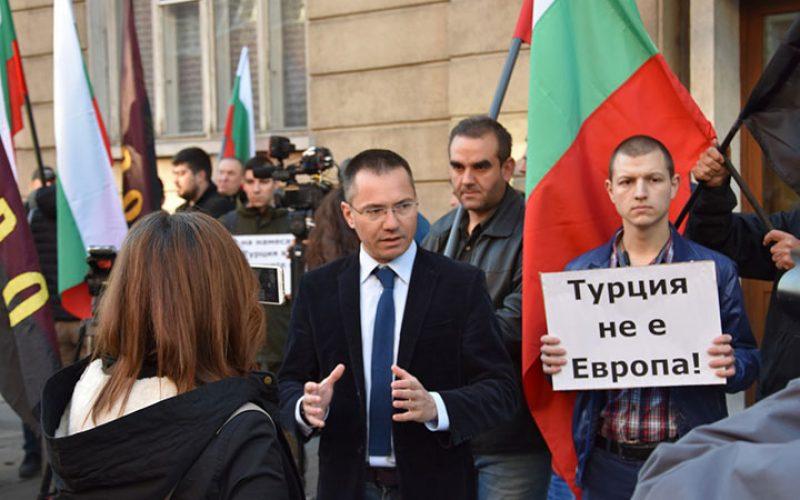 ВМРО на протест пред турското посолство: Чавушоглу, #ИзвиниСеБе