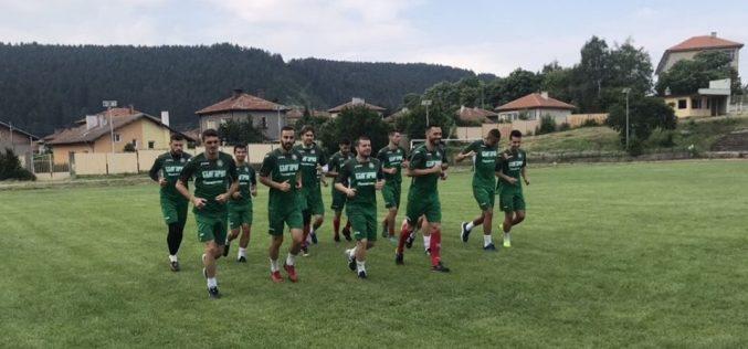 Футболистите без договор с лагер в Брезник, играят контроли с Пирин и Кариана