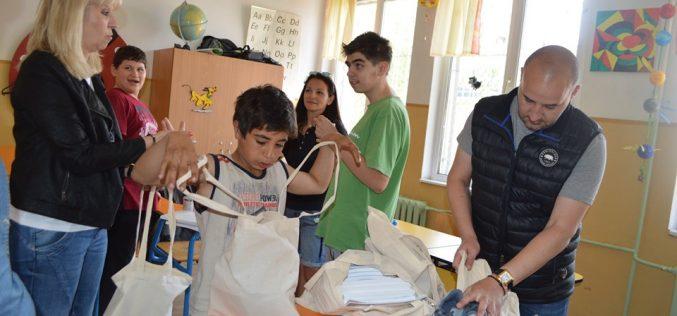 """Зарадваха с подаръци децата от ЦСОП в """"Надежда"""""""