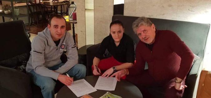 Футболна националка подписа в Исландия