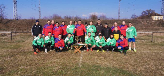 Футболът през 2020 г. започна с мачове между женени и ергени (СНИМКИ)