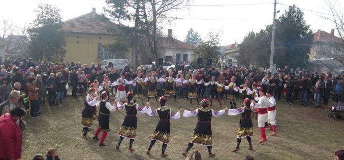 Фестивал на зимните традиции и виното събра стотици в Требич (СНИМКИ)