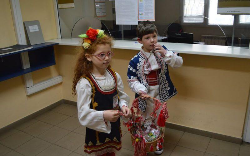 """Деца от училището в """"Илиянци"""" зарадваха районната администрация в """"Надежда"""" (СНИМКИ)"""