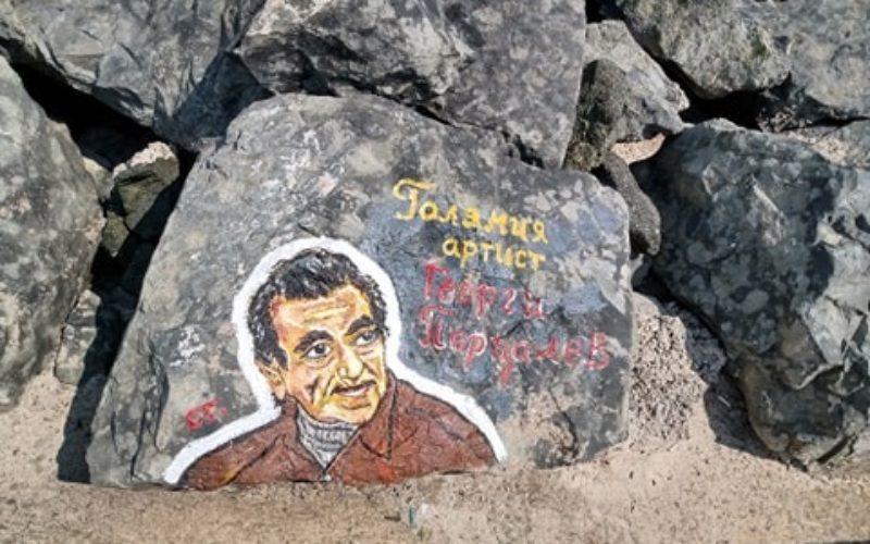 Чаплин, Чингис хан, Айнщайн и Парцалев – върху скалите на Приморско (СНИМКИ)