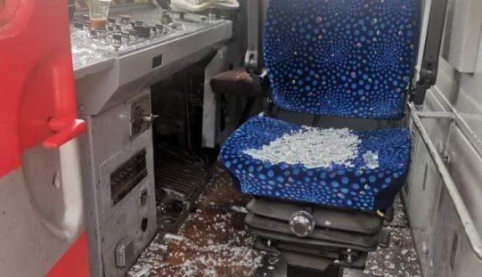 Влакова катастрофа се размина на косъм! Вандал рани помощник-машинист (СНИМКИ)