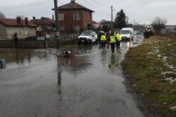 Продължават спасителните дейности на аварийните екипи в Требич, Мировяне и Нови Искър
