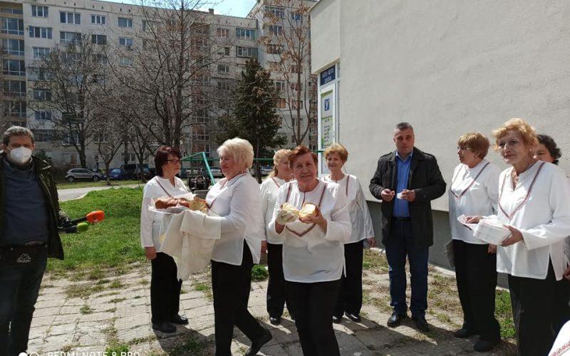 "Посрещнаха с хляб, сол и песни Ангелов в ""Младост"" (СНИМКИ)"