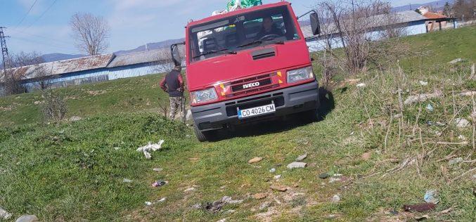 Човешката наглост няма край! Камион пак изхвърли боклуци в входа на гр. Елин Пелин (СНИМКИ)