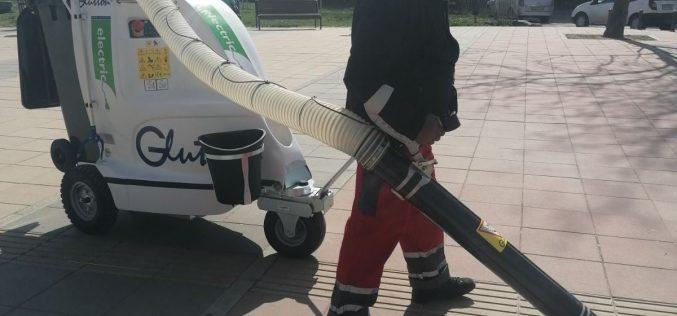Модерна вакуумна машина чисти Северния парк (СНИМКИ)