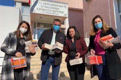 Кандидати от листата на Коалиция ГЕРБ – СДС дариха книги на библиотека в Нови Искър (СНИМКИ)