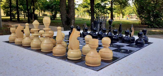 В Северния парк вече има маса за игра на шах за хора с нарушено зрение (СНИМКИ)