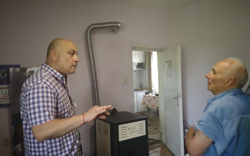 """Кметът на """"Надежда"""" инспектира как върви подмяната на старите печки с нови екологични уреди (СНИМКИ)"""