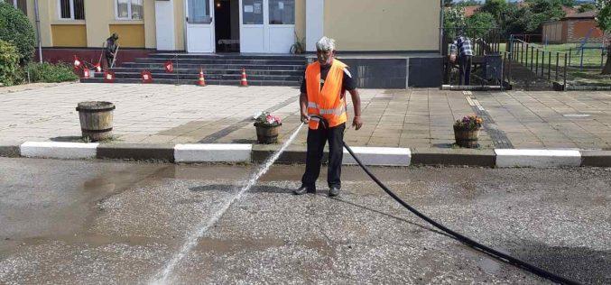 Тече почистване на улиците в Елин Пелин и околните селища (СНИМКИ)