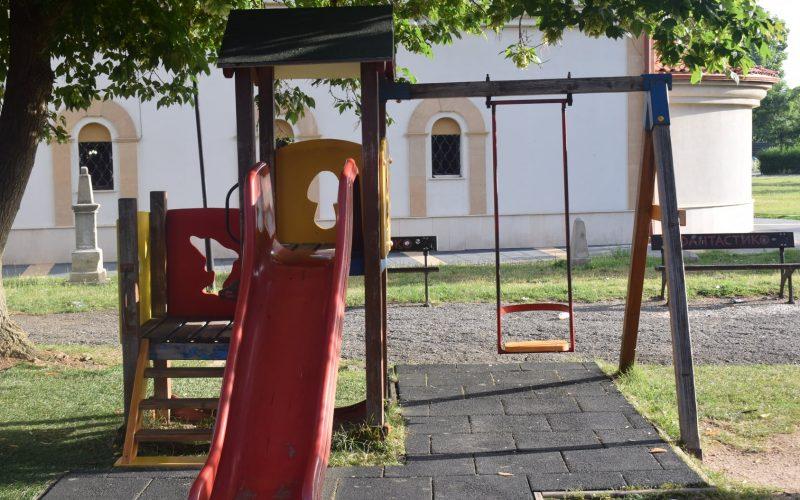 Реновираха детската площадка до църквата в Елин Пелин (СНИМКИ)