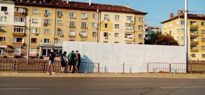 Доброволци рисуват графити на велики българи