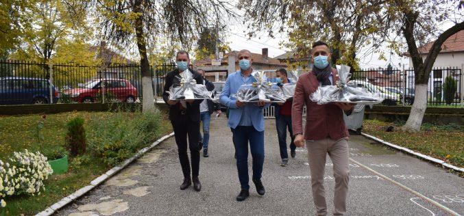 Кметът на Елин Пелин зарадва ученици в Мусачево