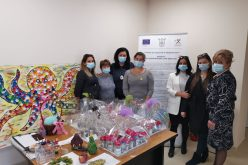Кметът на Елин Пелин поздрави пенсионери, общината им раздаде подаръци